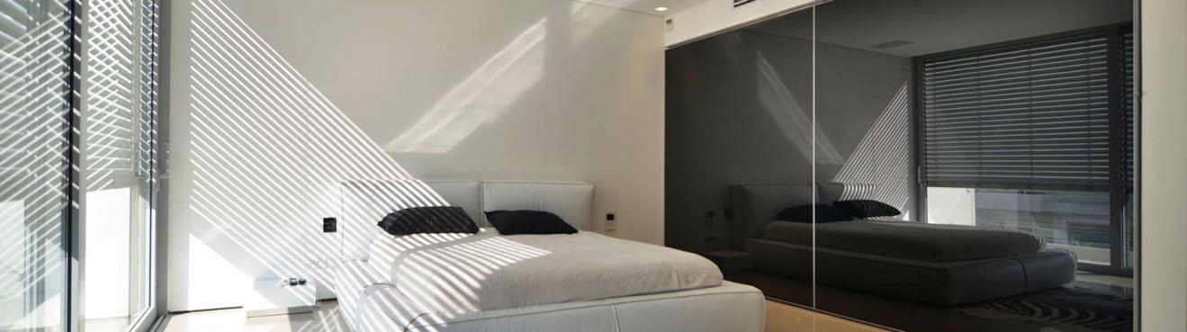 ארון חדר שינה עם דלתות הזזה זכוכית שחורה