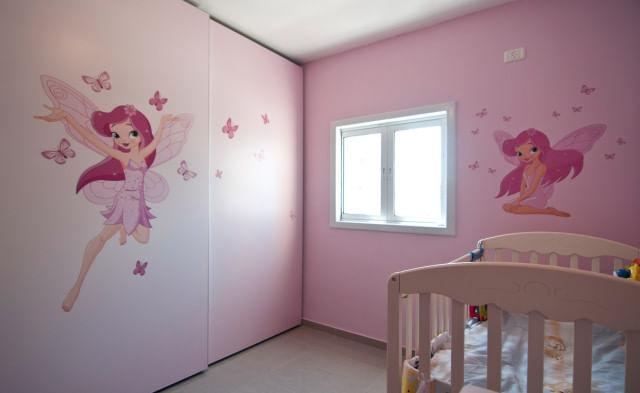 ארון הזזה 2 דלתות בצבע ורוד עם הדפס של פיה ורודה לרוחב כל הדלתות